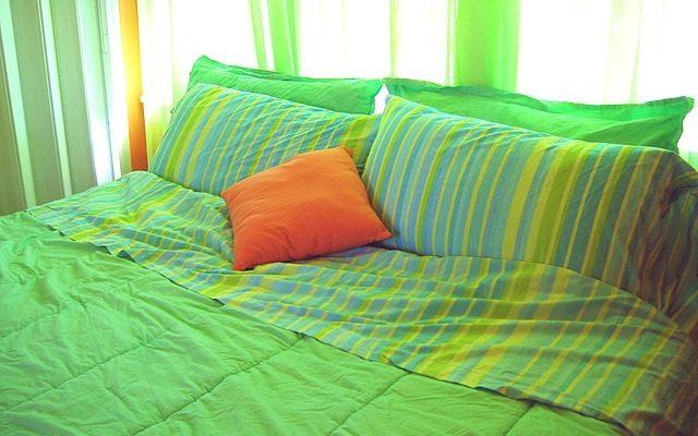 Masivní postele – proč je pořídit právě do své ložnice?