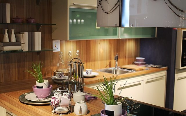 Že rustikální kuchyně a moderní interiéry nejdou dohromady? Ale jděte!