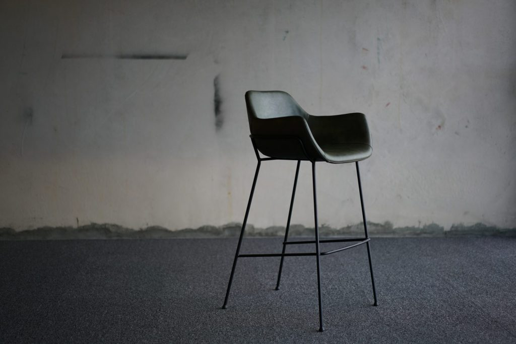 Plastové židle slaví svůj velký comeback