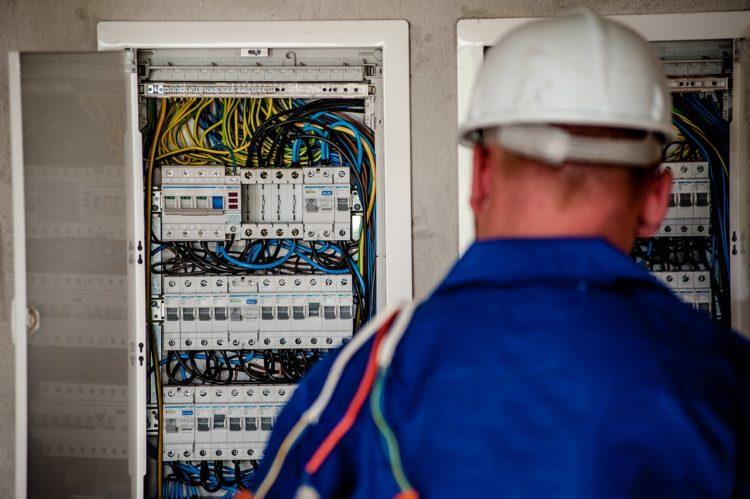 Electrician Electric Electricity  - jarmoluk / Pixabay